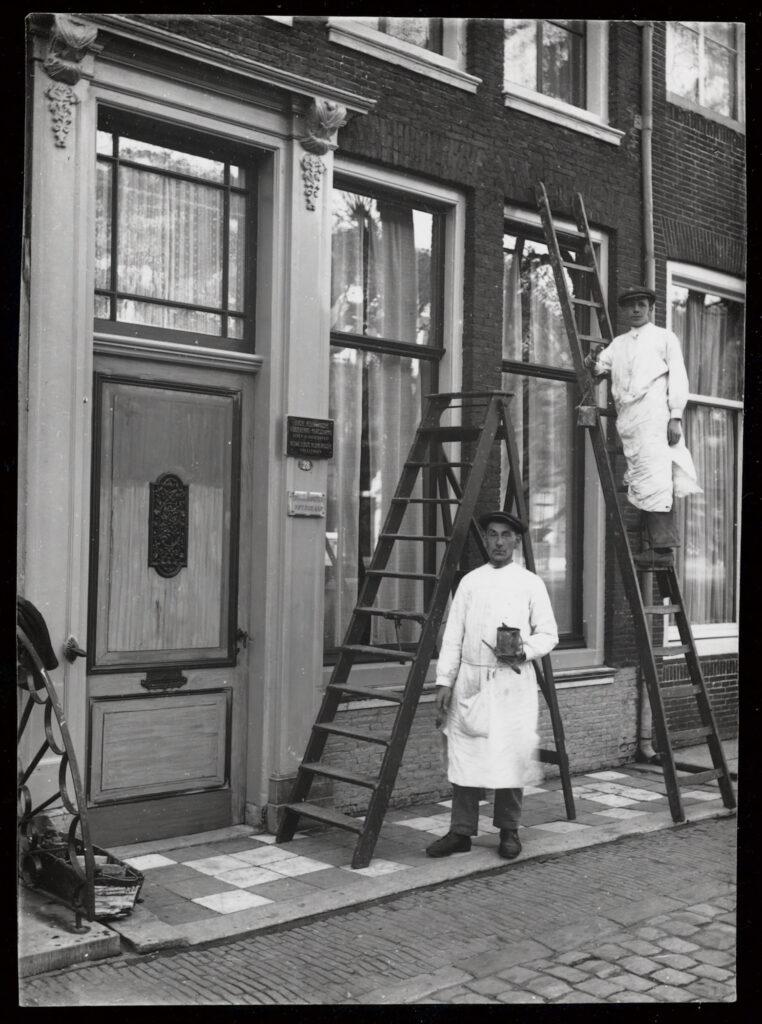 Foto huis en schilders, door T.W. van den Houten (Schoonhoven)